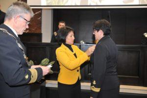Dyrektor generalny MGMiŻŚ Mariola Chojnacka wręcza odznaczenia wyróżnionym.